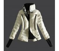 Женская белая куртка от Moncler